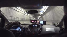 Vue de banquette arrière du ` s de passager à l'intérieur d'un taxi dans un tunnel de Boston banque de vidéos