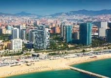 Vue de Barcelone de l'hélicoptère Nouvelles maisons sur le côté de mer photographie stock