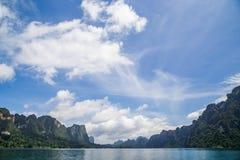 Vue de barrage avec le beau ciel photographie stock