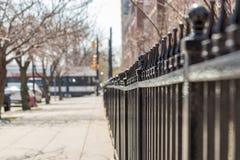 Vue de barrière en métal d'angle faible photographie stock