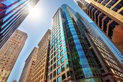 Vue de bas en haut aux gratte-ciel reflétés en verre à Philadelphie Photos stock