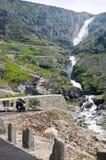 Vue de bas en haut de route de Trollstigen de la cascade et du pont avec une moto sur le point de vue photographie stock