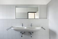 Vue de bassin et de miroir de salle de bains photo stock