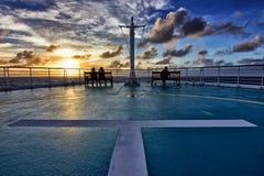 Vue de bateau de croisière au coucher du soleil Image stock