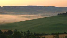 Vue de beau paysage accidenté de champ toscan vert banque de vidéos