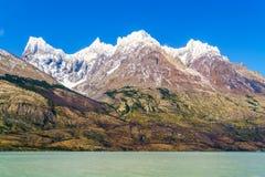 Vue de belle montagne de neige et de Gray Lake Image libre de droits