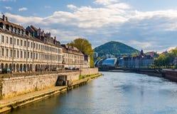 Vue de Besançon au-dessus de la rivière du Doubs Images stock