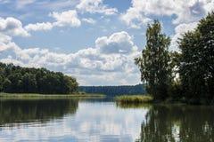 Vue de Beutifull d'un lac photographie stock libre de droits