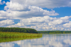 Vue de Beutifull d'un lac avec la réflexion de ciel photos libres de droits