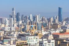 Vue de Beyrouth du centre un jour ensoleillé Beyrouth - roches de pigeon Photo stock