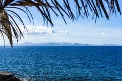 Vue de Blanca de Playa, Lanzarote, vers l'île de Fuerteventura photos stock
