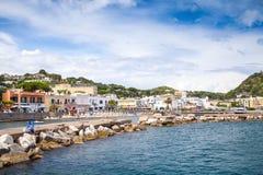 Vue de bord de la mer d'été de Lacco Ameno, ischions Photographie stock