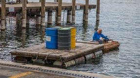 Vue de bord de mer de Genève - livraison des bidons à pétrole photographie stock