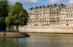 Vue de bord du quai de la Seine de rivière et d'astuce de Saint Louis d'Île, Paris, France photos stock