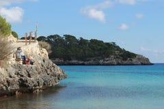 Vue de bord de la mer avec des personnes au soleil photo stock