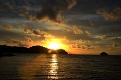 Vue de bord de la mer de coucher du soleil Photo stock