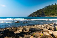 Vue de bord de la mer de la plage en pierre de Manapany sur Reunion Island photographie stock libre de droits