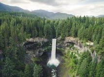Vue de bourdon de cascade par Whistler, Canada Photos stock