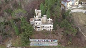 Vue de bourdon de datcha abandonnée Kvitko, Sotchi, Russie de manoir banque de vidéos