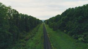 Vue de bourdon de jour d'été ensoleillé de chemins de fer droits vides de simple-manière 4K banque de vidéos