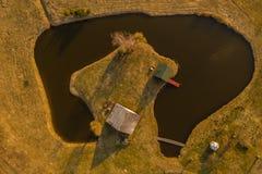 Vue de bourdon de maison dans une p?ninsule de petit lac image stock