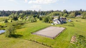 Vue de bourdon de maison de ferme et de pâturages verts photos libres de droits