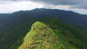 Vue de bourdon de montagne en Thaïlande banque de vidéos