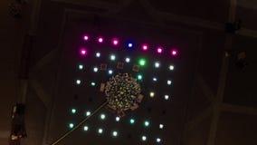 Vue de bourdon de pin brillant avec les décorations et le fil ligthing mis dans la place banque de vidéos