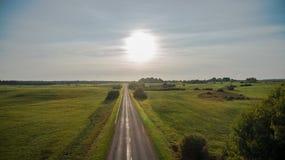 Vue de bourdon de route rurale pendant le coucher du soleil photo stock
