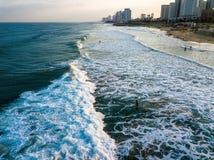 Vue de bourdon de surfer faisant face aux vagues photo stock