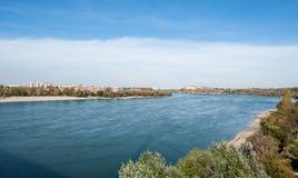 Vue de brin de plage de forteresse et de ville du Danube Petrovaradin de Novi Sad Serbie avec le ciel bleu ci-dessus le jour enso photographie stock