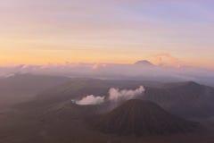 Vue de bâti Bromo et Batok pendant le lever de soleil Photos stock