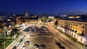 Vue de Bucarest au-dessus de place de révolution à l'heure bleue Photos stock