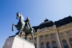 Vue de Bucarest - statue de Carol I et bibliothèque centrale Image libre de droits