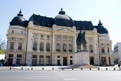 Vue de Bucarest - statue de Carol I et bibliothèque centrale Photographie stock libre de droits