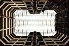 Vue de bulding sous des intérieurs de costruction la yard interne du ` s Photographie stock libre de droits