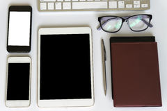 Vue de bureau de bureau avec des smartphones Images libres de droits