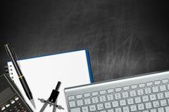 Vue de bureau de bureau - tableau noir vide Image stock