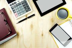 Vue de bureau de table de bureau avec le dispositif intelligent, table en bois fonctionnante Photographie stock libre de droits