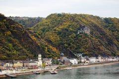 Vue de Burg Rheinfels à la ville de Sankt Goarhausen dans le Rhein River Valley image libre de droits