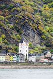 Vue de Burg Rheinfels ? la ville de Sankt Goarhausen dans le Rhein River Valley photo libre de droits
