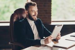 Vue de côté de barbe intelligente futée élégante gaie classique élégante image libre de droits