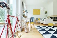 Vue de côté de bicyclette rouge photos libres de droits