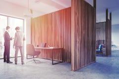 Vue de côté de bureau en bois du directeur s de mur, les gens Photos libres de droits