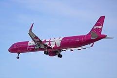 Vue de côté d'Airbus A321-200 d'air de wow photographie stock libre de droits