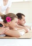 Vue de côté d'un couple relaxed dans une station thermale Photos libres de droits