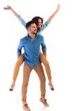 Vue de côté d'un jeune couple occasionnel célébrant le succès Images stock