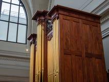 Vue de côté d'un organe de tuyau du 19ème siècle de chêne massif photos stock