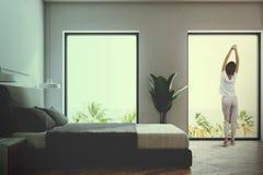 Vue de côté d'une chambre à coucher blanche modifiée la tonalité Photo stock