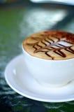 Vue de côté de cuvette de café de cappuccino Photographie stock libre de droits